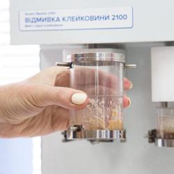 Перемещение клейковины между чашками для отмывки с различными ситами