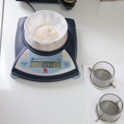 Взвешивание навески муки и промывочные чашки с ситами для системы Глютоматик 2100