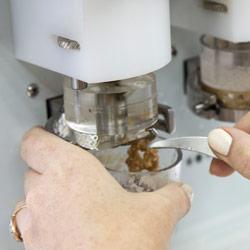По окончанию процесса отмывки снимите остатки сырой клейковины и перейдите к рассчету результатов